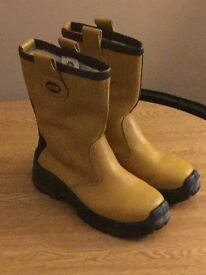 Hard toe women's work boots tan size 5