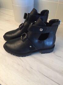 Black women's Chelsea boots size 7