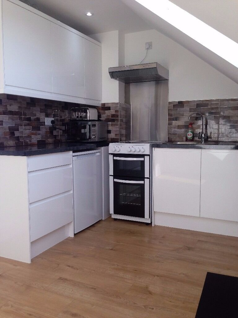 PROPERTY HUNTERS ARE PLEASED TO OFFER A SMALL MODERN 1 BED FLAT FOR £950 PCM ALL BILLS INCLUDED !