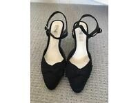 Black low heel shoes size 5