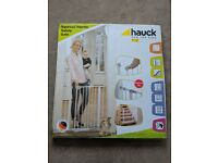 BNIB Kids squeeze handle safety gate Hauck