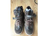 Kangaroos Taupe Snickers Size 6.5