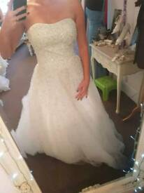 Beautiful stunning wedding dress new size 12