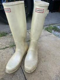 Pair of size 9 wellies by Hunter used however still plenty of wear left £10