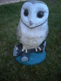 A LARGE STONE OWL GARDEN ORNIMENT 13X8X7 INCHES