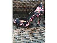 Women's black pink red floral size 6 shoes