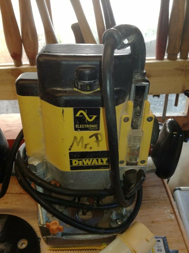 Dewalt dw625 router 110v with box of router bits in castle douglas dewalt dw625 router 110v with box of router bits keyboard keysfo Image collections