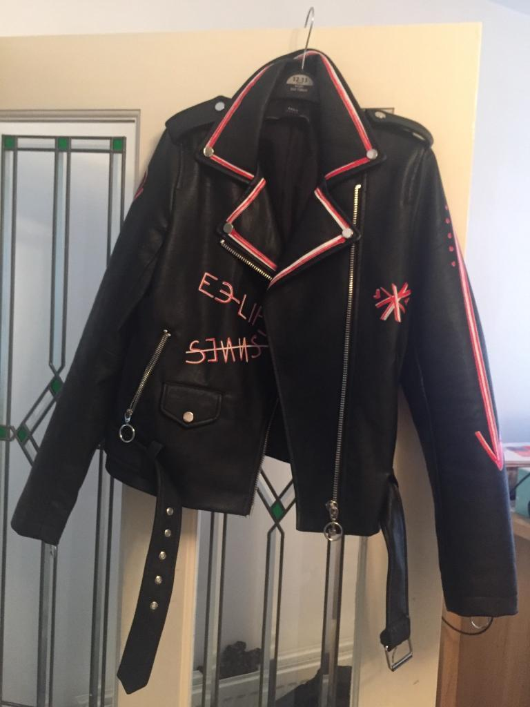 Zara Basic Leather Jacket with Graffiti Detail Size XSin Seaham, County DurhamGumtree - Leather jacket in excellent condition, worn twice and as if brand new. From Zara Basic collection with silver zip detail on sleeves and red and white graffiti design on jacket. Size XS