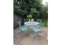 Beautiful garden furniture - round table and 4 matching chairs