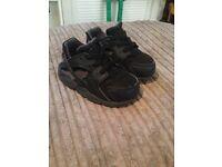 Boys infant Nike huaraches 5.5