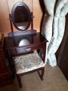 Vanity Table with Mirror and Bench Seat
