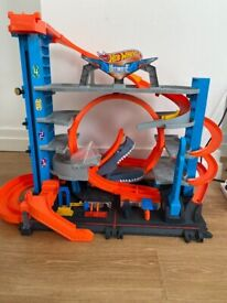 Hot Wheels FTB69 City Garage with Loops and Shark, Connectable Play Set