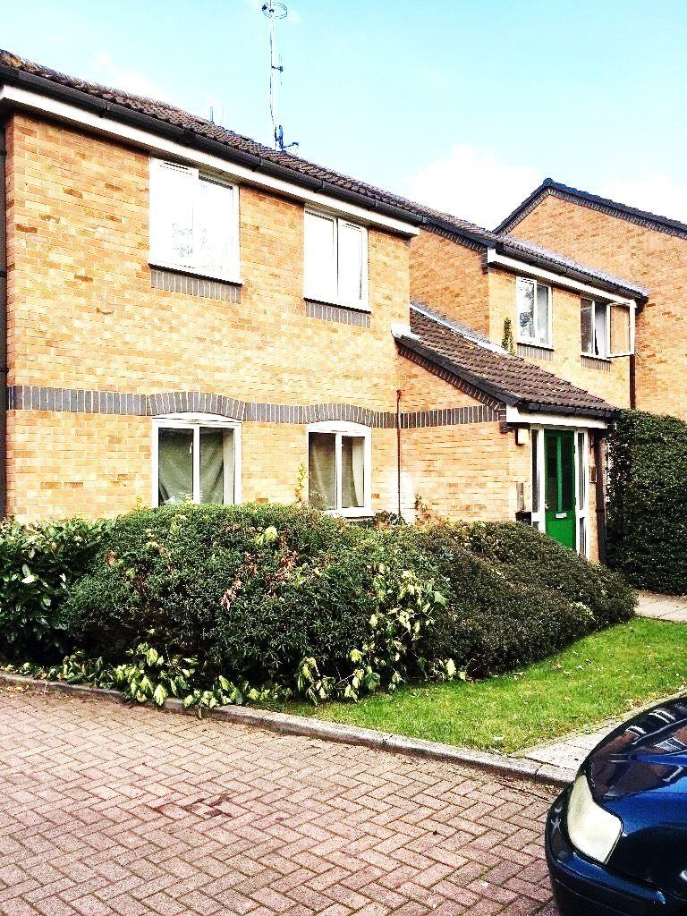 2 bedroom flat in Frensham Close, Southall, Greenford