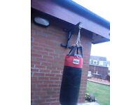 Lonsdale punch bag with wall mount