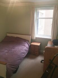 Double room in lovely, modern 3 bed flat next to the meadows