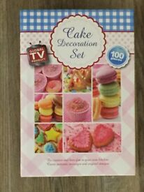 100 Piece Cake Decorating Set