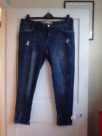Women`s distressed three-quarter length Jeans