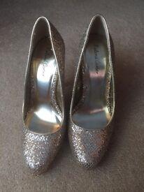 Roland Cartier Gold Heels size 5