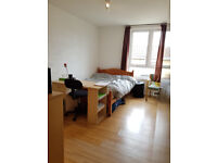 N7. Large 5 bed house perfect for London Uni students. With Cleaner. No deposit. No hidden fee's.