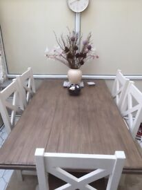 Stunning dining room table with 5 chairs