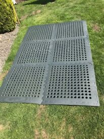 6 interlocking jigsaw type tiles. Suitable for gym, camping etc