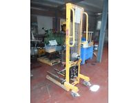 Manual stacker pallet truck / Hand forklift winch