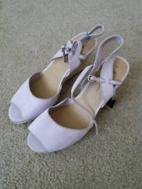 New size 7 shoes x2