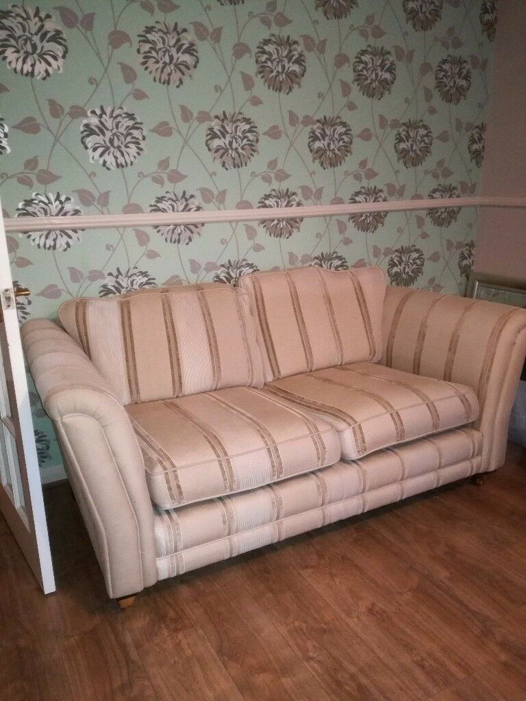 Free free Two settees sofas one sofa zip broke two seater and three seater good condition
