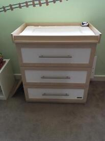 Mamas and papas 3 draw chest and changing unit