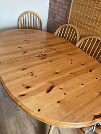 An extendable table and 6 matching chairs