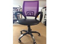 Corner desk unit with swivelling chair