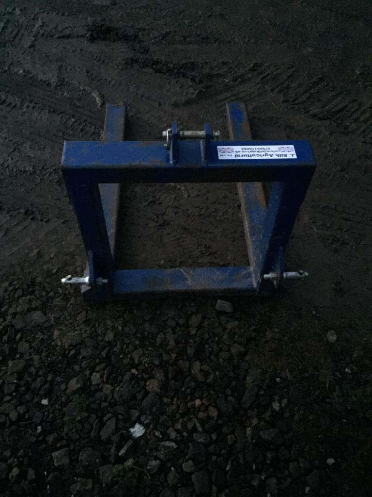 Tractor 3 point linkage pallet forks