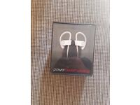 POWER BEATS 2 WIRELESS EARPHONES IN WHITE BRAND NEW BOXED WITH RECEIPT