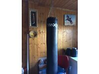 Filled 5ft heavy punch bag with heavy duty bracket and gloves
