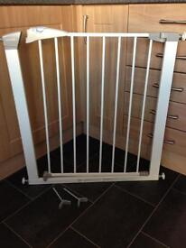 Lindam sure shut pressure fit stair gate (plus two Y spindles included)