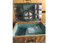 Wicker hamper with 3 person settings (green parrot tropical)