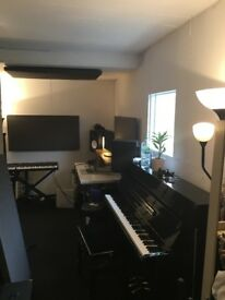 Lovely rehearsal studio with piano and natural light for producers / musicians / drummers
