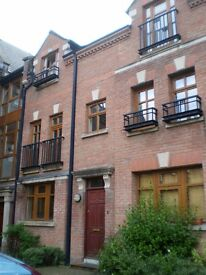 Double room in 4 bed modern townhouse- Gated complex The Cloisters