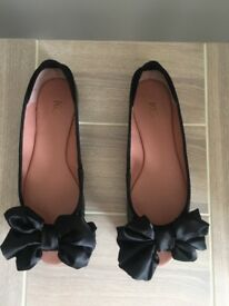 Size 5 Kurt Geiger black patent/suede flat open-toed shoes with bows