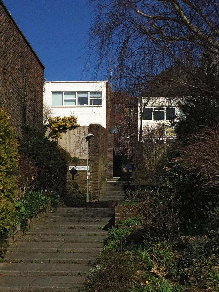Lovely bright, clean house, spectacular views. Quiet location, easy access to bus, road & rail links