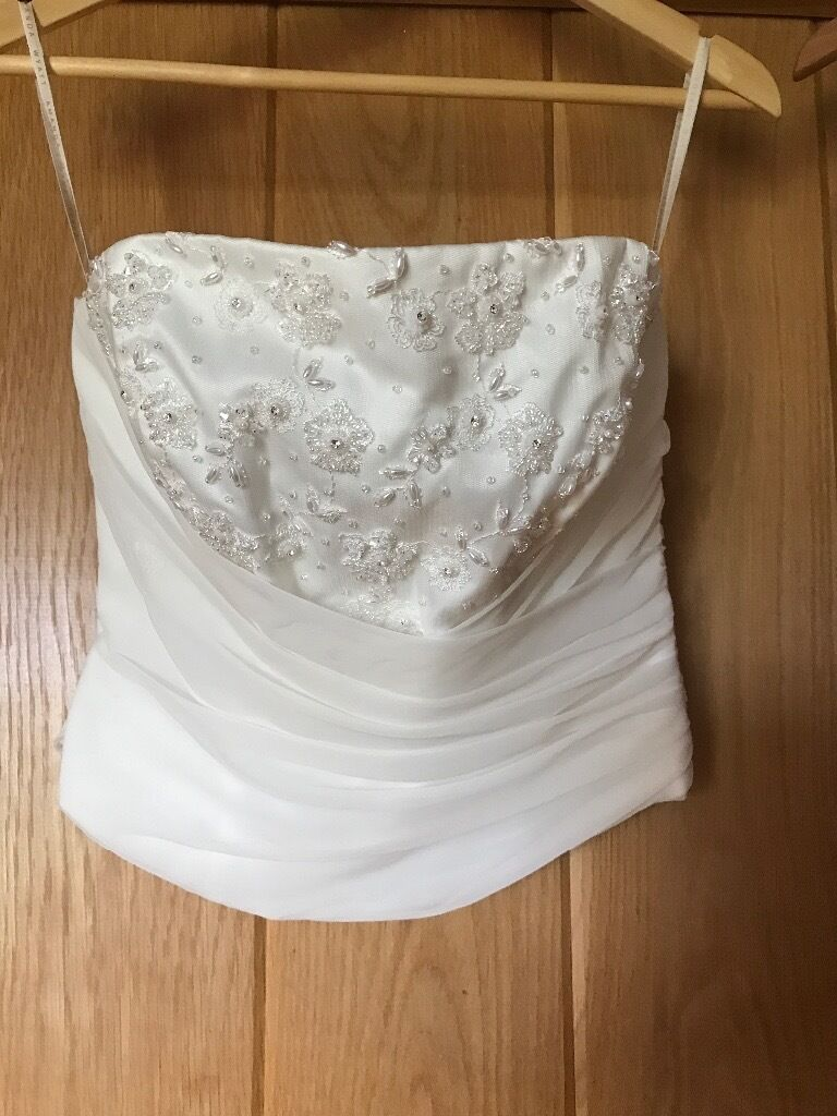 Wedding dress 2 piecein Canterbury, KentGumtree - Wedding dress 2 piece Detailed bodice plus fishnet skirt with very small train Size 10 12 ( height was for 5.3 with 2 inch heel ) Short veil 2 pairs size 4 shoes Ivory white Skirt looks messy at bottom in photo as train hanging down but better in...