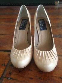 Blonde heels, by Bertie