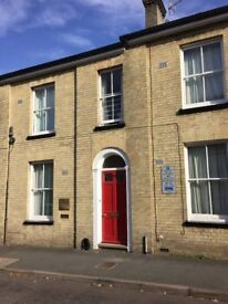 City Centre - Superior Large Hall Entranced Town House with Parking