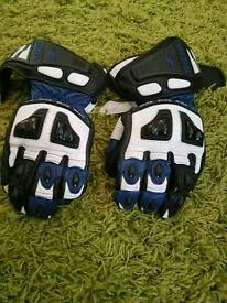 Medium size Richa sports bike gloves