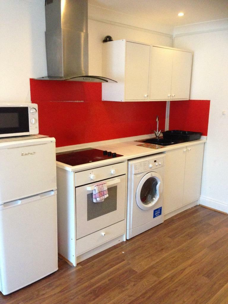 LARGE STUDIO FLAT TO RENT IN HAINAULT FOR £900 ALL BILLS INCLUDED!! 5 MINS WALK TO HAINAULT STATION!