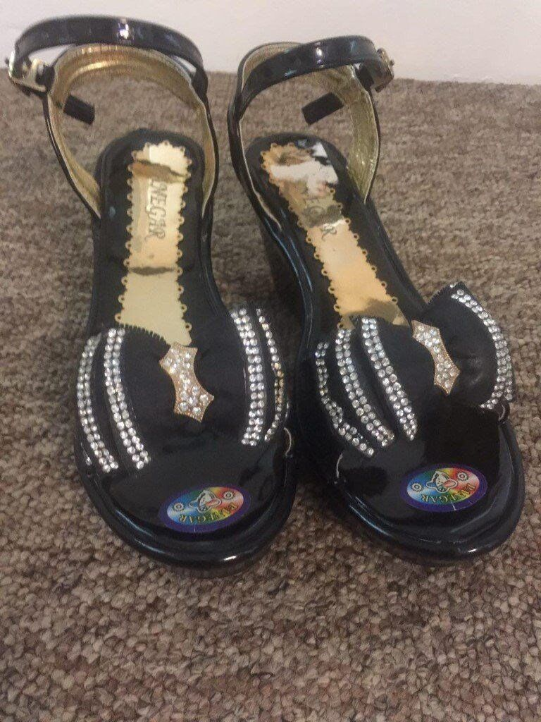 NEW BEAUTIFUL SANDAL FOR GIRLSIZE 2 UKin Southampton, HampshireGumtree - NEW BEAUTIFUL SANDAL FOR GIRL SIZE 2 UK COLLECT FROM BITTERN PARK OR WOOLSTON JUST TEXT TO 07852516883