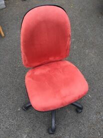 Red Spinning Office Chair In Excellent Condition
