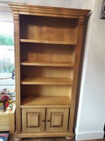 Solid shelfing unit in oak