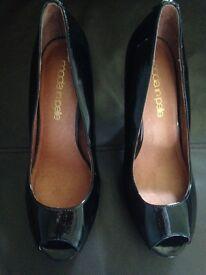Moda in pele patent peep toe shoes
