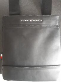 Tommy Hilfiger Mens Mini Flat Crossover Bag Black (Black)
